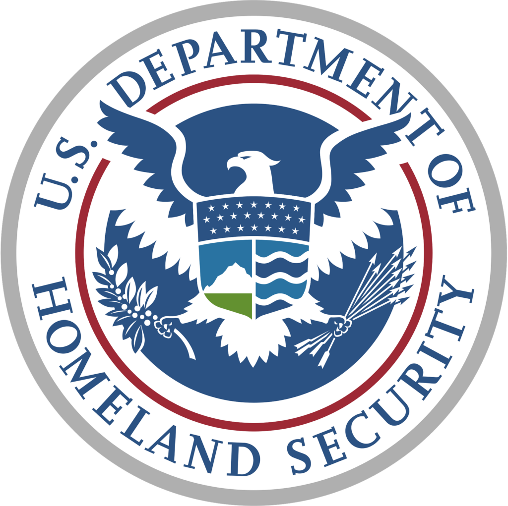 La nota es sobre la reducción de arrestos en cercanías a los juzgados que recientemente ha anunciado el Departamento de Seguridad Nacional. La imagen muestra el logo del Departamento de Seguridad Nacional.