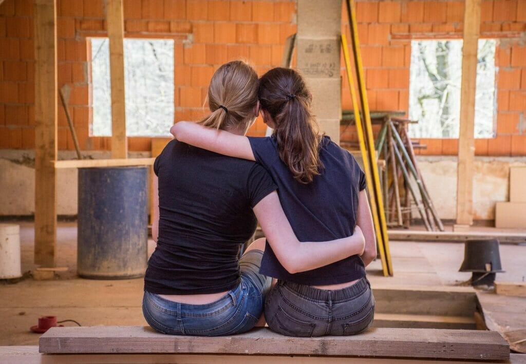 La nota trata sobre la visa de prometido en Estados Unidos. La imagen muestra una pareja empezando a construir su casa.
