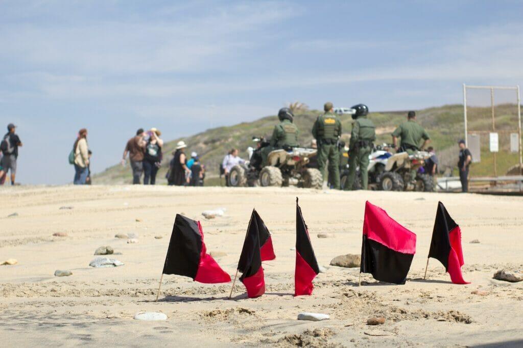 La nota trata sobre la aceleración de las solicitudes de asilo en la frontera México Estados Unidos. La foto es de la frontera.